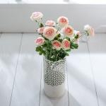 Beyaz dekoratif yapay çiçek modeli